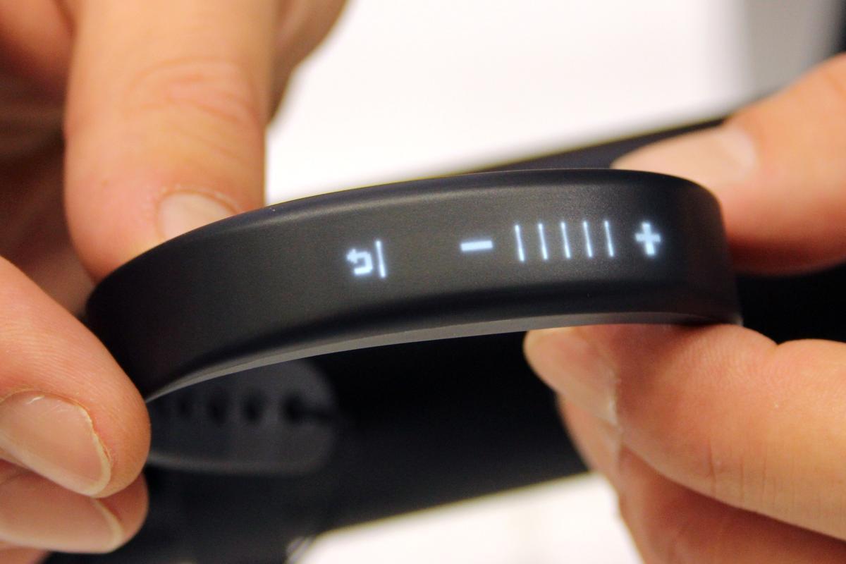 Garmin's vivosmart blends fitness tracking with smartphone functionality (Photo: Chris Wood/Gizmag)