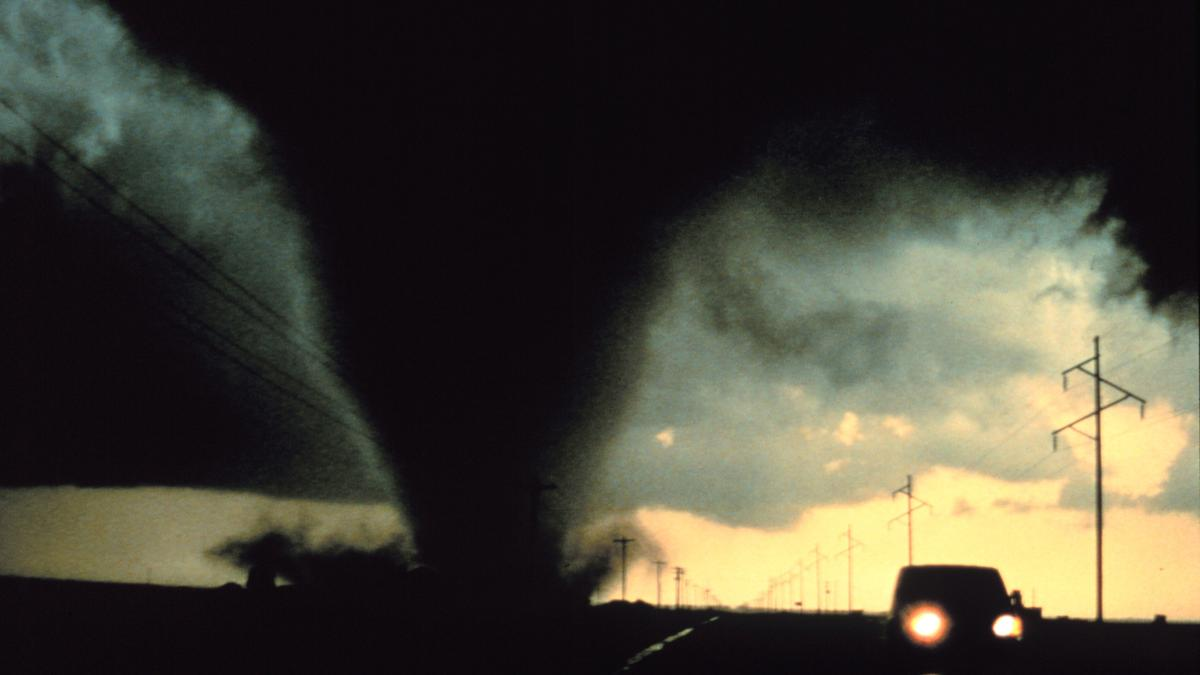 Constructing 1,000 m high walls around the American Midwest could help prevent the formation of tornadoes, such as this one south of Dimmitt, Texas in 1995 (Photo: NOAA Photo Library, NOAA Central Library; OAR/ERL/National Severe Storms Laboratory (NSSL))