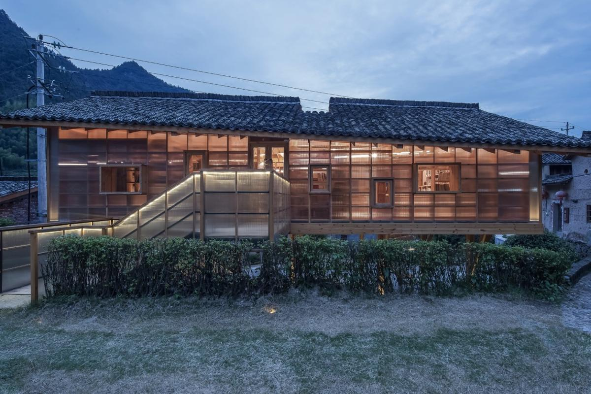 The Mountain House in Mist is located in a remote mountainous village in China