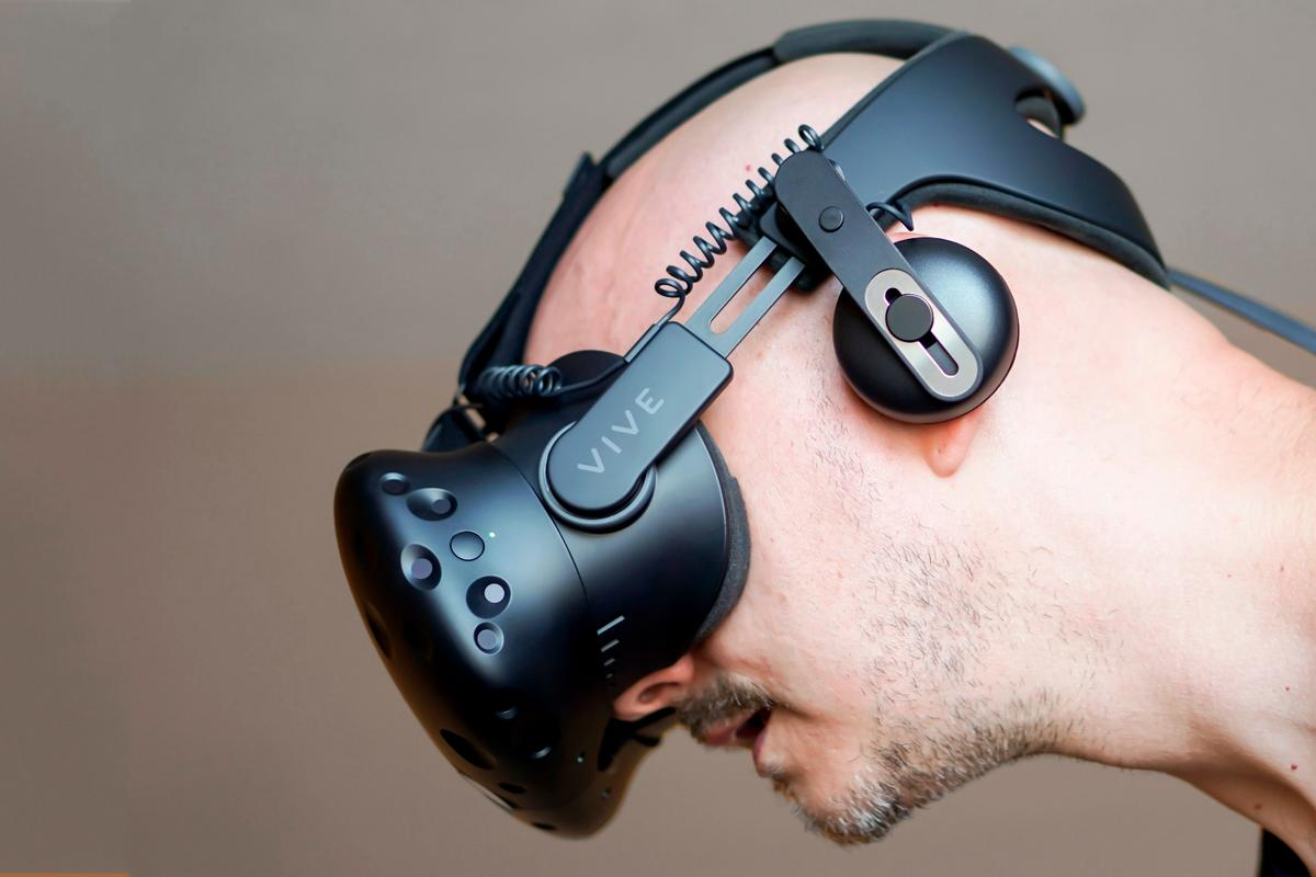 Reviewing the Vive Deluxe Audio Strap, which brings the Vive's ergonomics and audio to Rift-like levels
