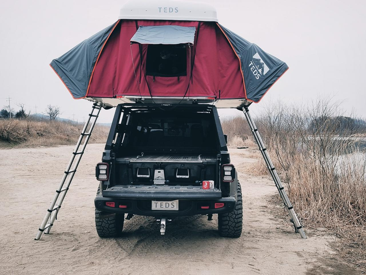 With its dual-expansion design, the TEDpop remains centered over the vehicle with two separate entryways