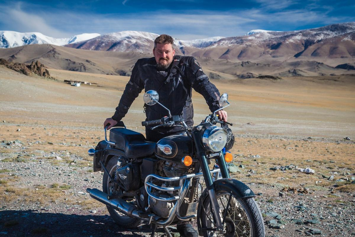Loz Blain with his Royal Enfield Bullet 500, in the middle of the Altai Mountains as a guest of Extreme Bike Tours