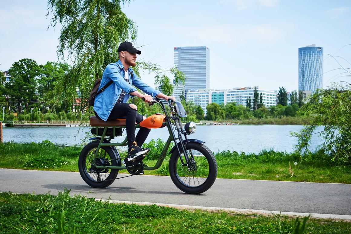The Xmera has a 6061 aluminum alloy frame, mechanical disc brakes, and a Shimano 6-speed drivetrain