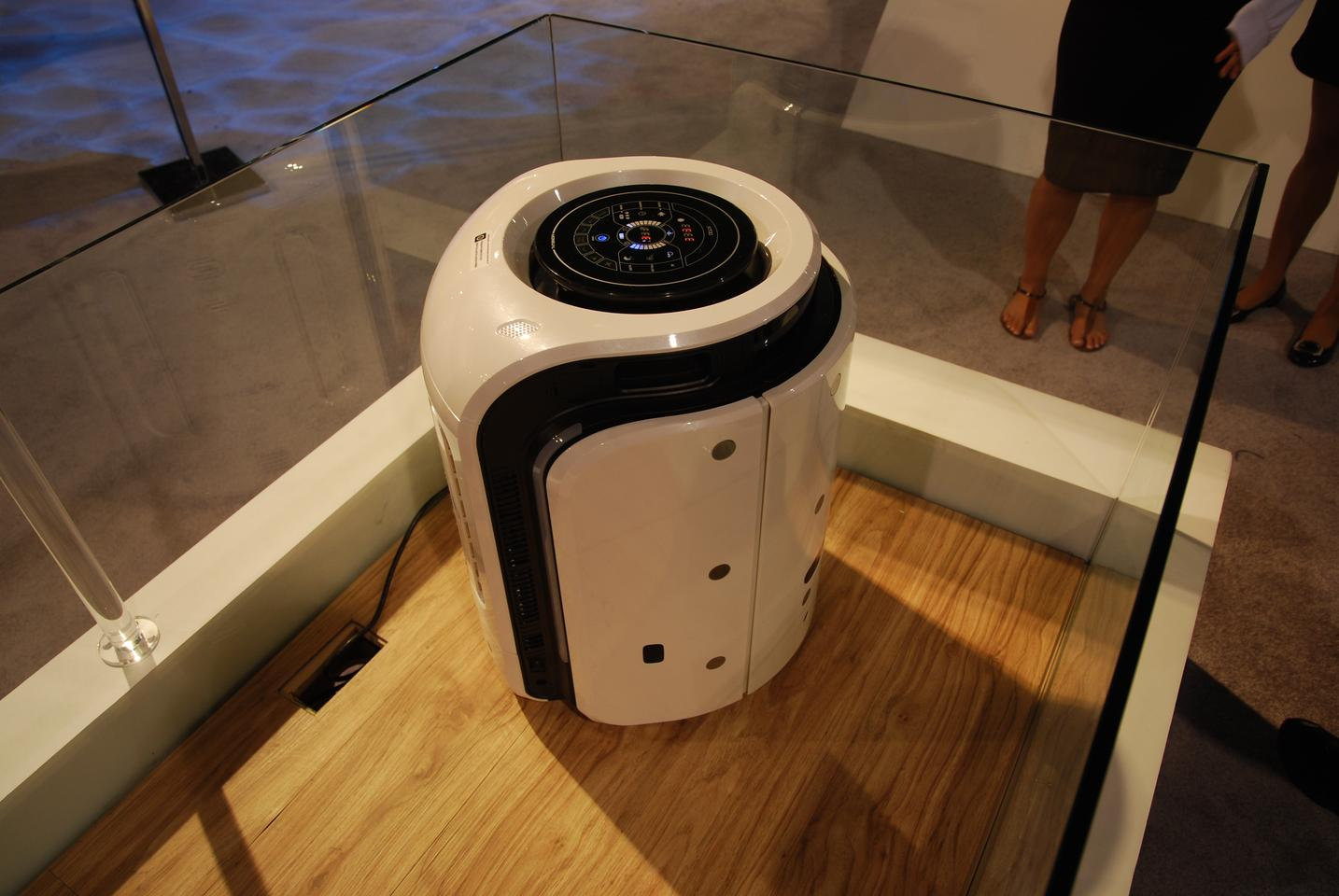 Rydis' H800 robotic air purifier roams the house in search of allergens, odor and dust