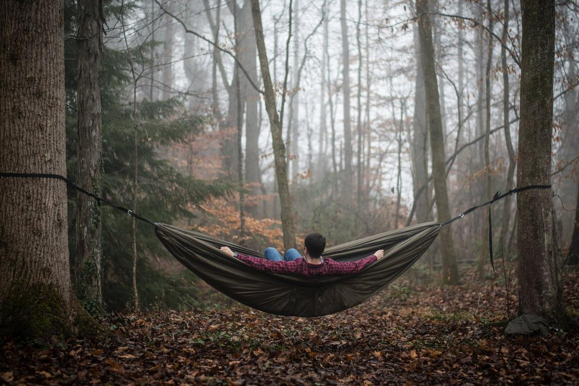 The Swayyhammock is suspended by aluminum alloy cinch buckles and carabiners,along with polyester and Dyneema webbing