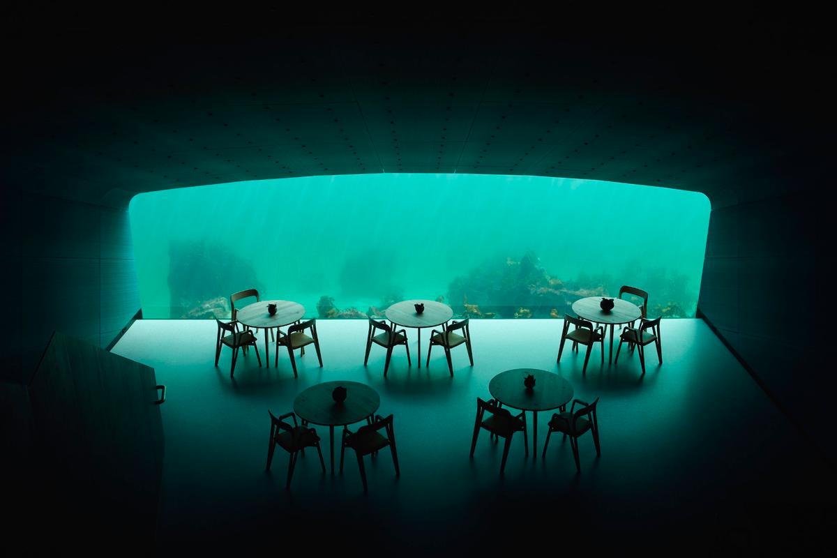 Under features alarge panoramic acrylic window thatallows people to watch themarinelife of Norway's southern coast