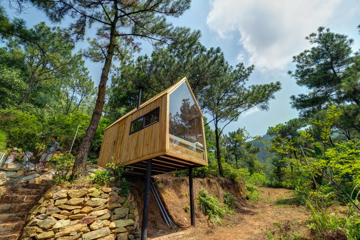 Vietnamese architect Chu Van Dong has completed a tiny house project that offers a cheap and easy solution for temporary housing or tiny house living
