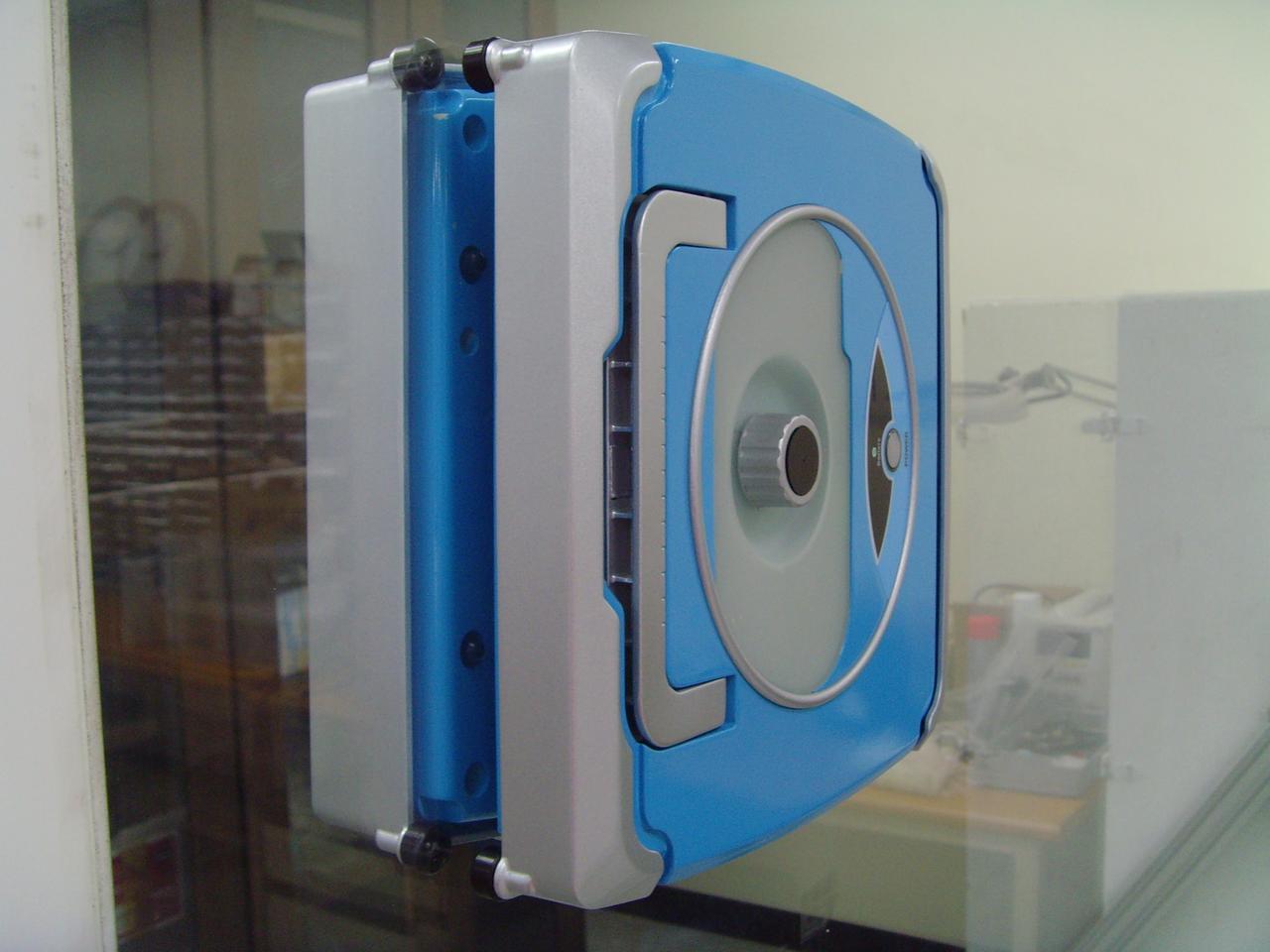 Windoro stays vertical using neodymium magnets