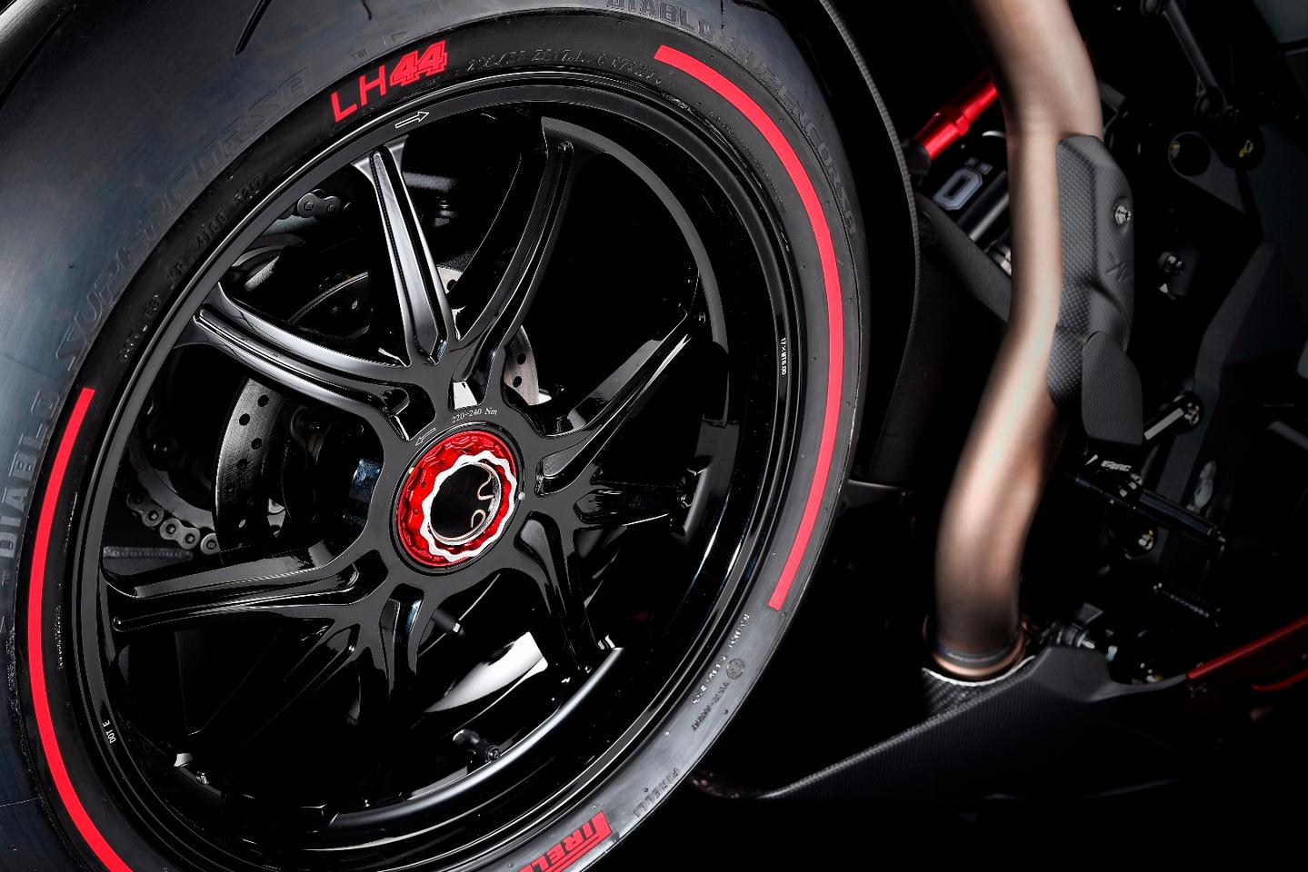 Pirelli designed a special batch of Diablo Supercorsa tires for the MV Agusta F4 LH44, sporting Hamilton's logo and red striping on the side walls