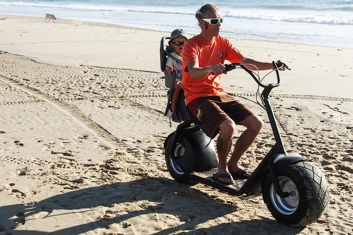 With its two oversized drive wheels, the eGroov manages all types of terrain, including sand