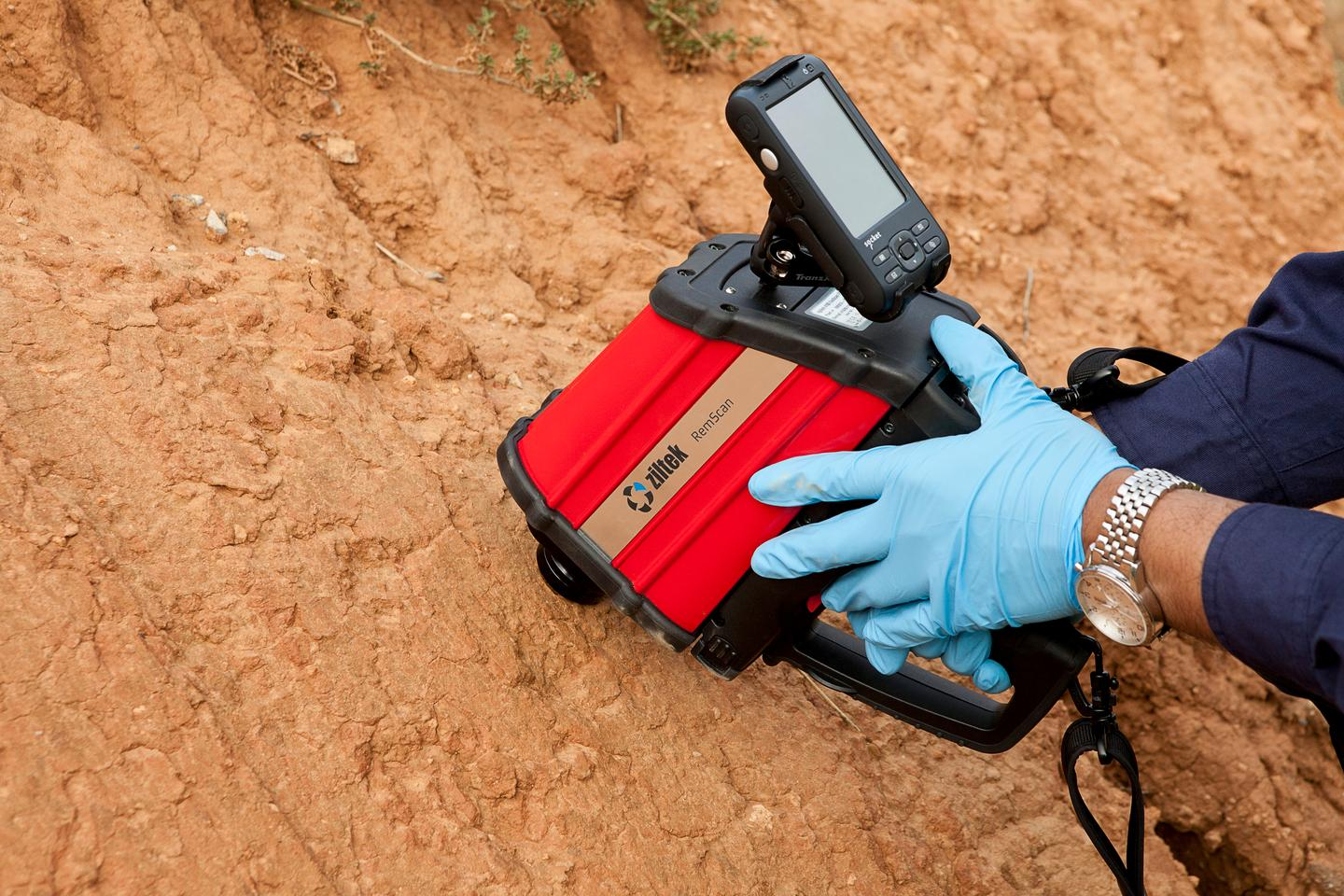 RemScan puts a self-contained soil analyzer in your hand (Photo: ZilteK)