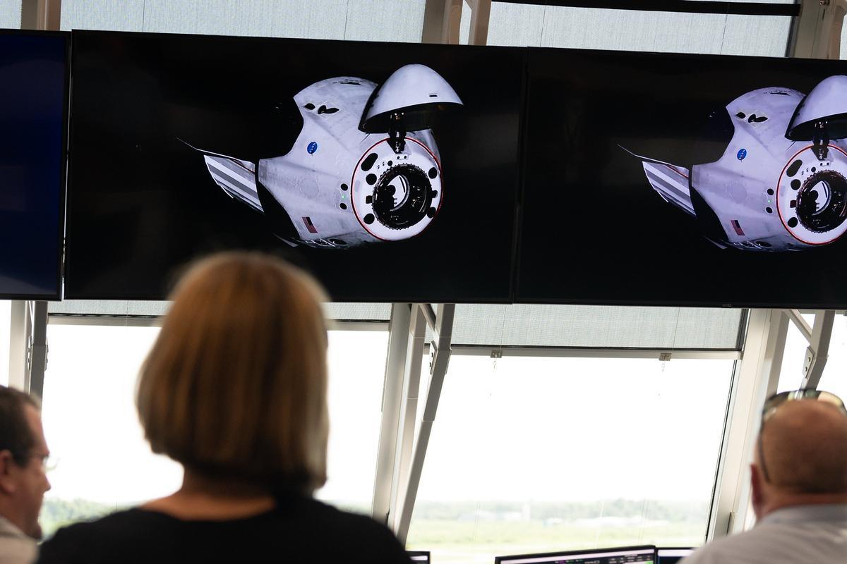 Управление полетом наблюдает, как Экипаж готовится к стыковке с МКС
