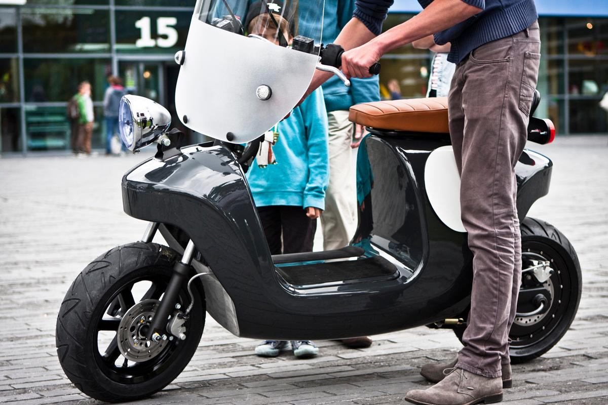 The Be.e electric scooter is built around a monocoque body made from Flax and bio-resins (Photo: Waarmakers)