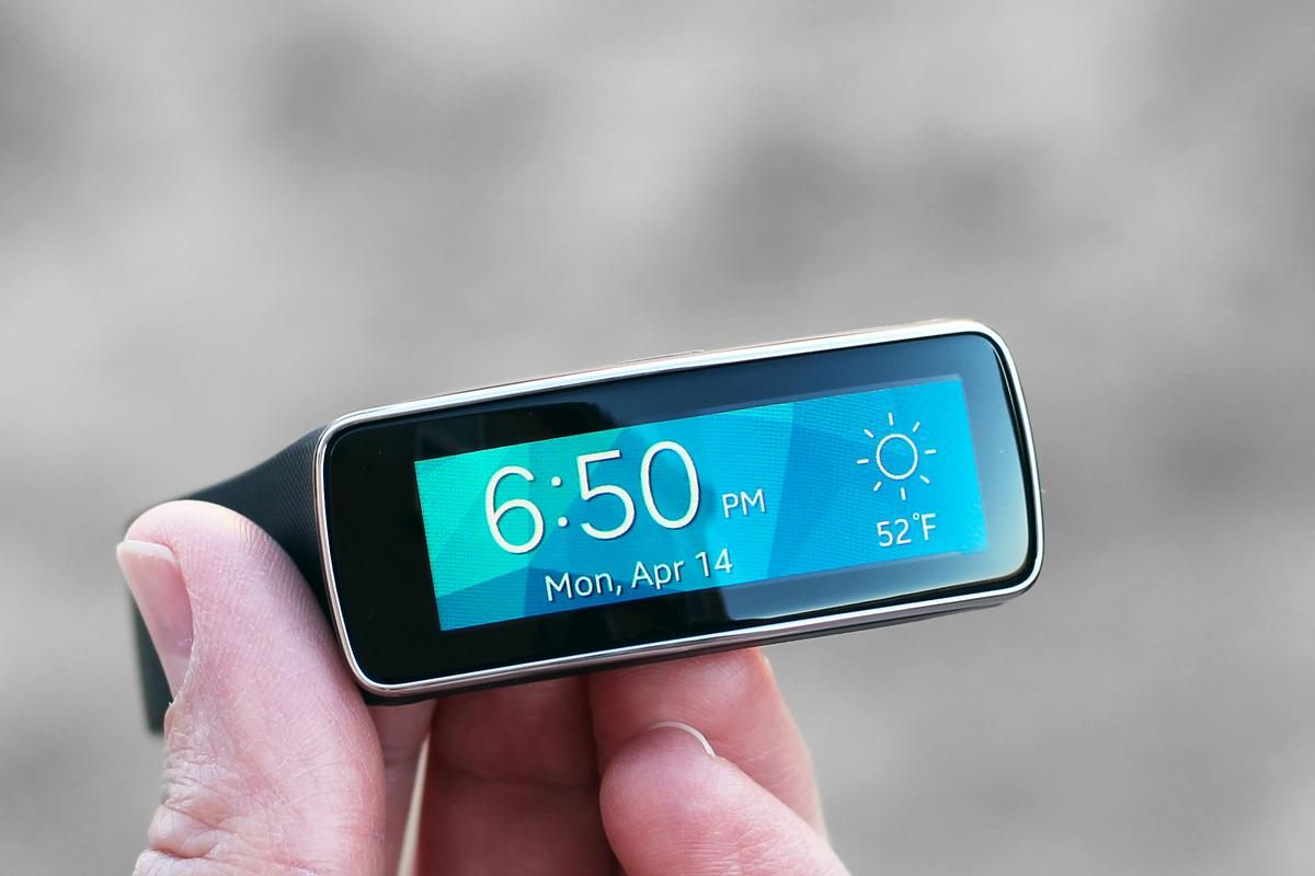 Gizmag reviews the Samsung Gear Fit, a workout tracker with some smartwatch features