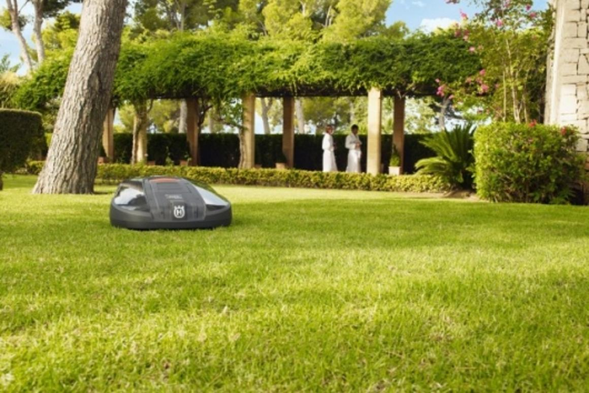 Husqvarna's autonomous Automower 260 ACX calls for help via SMS