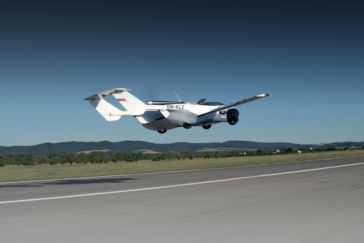 Если AirCar будет запущен в производство, пилоты смогут прыгать между аэропортами города, приземляться на взлетно-посадочную полосу, а затем добираться до конечного пункта назначения - и все это на одном и том же транспортном средстве.