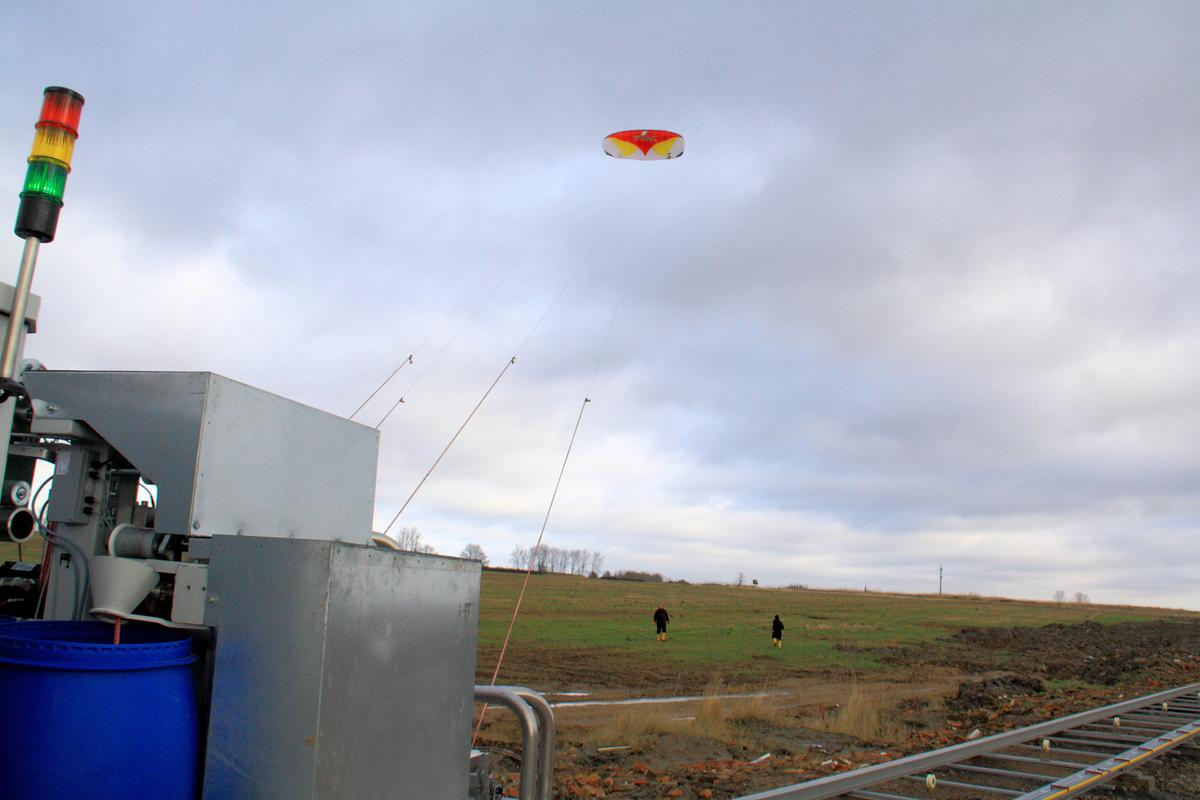 A kite makes its maiden voyage at the test site in Mecklenburg-West Pomerania (Photo: © Fraunhofer IPA)
