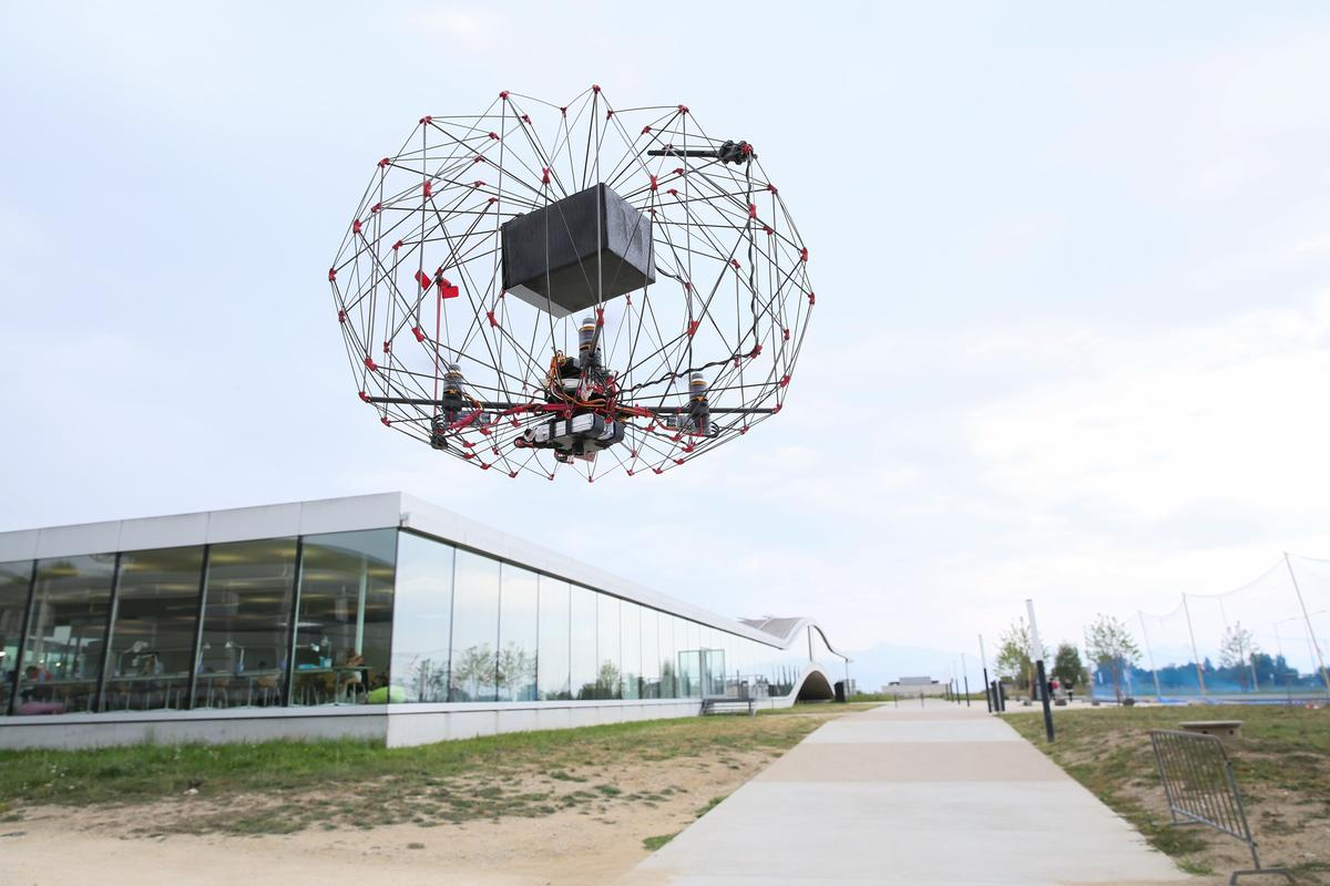 The EPFL drone contains the propellers and delivery payload in a protective cage