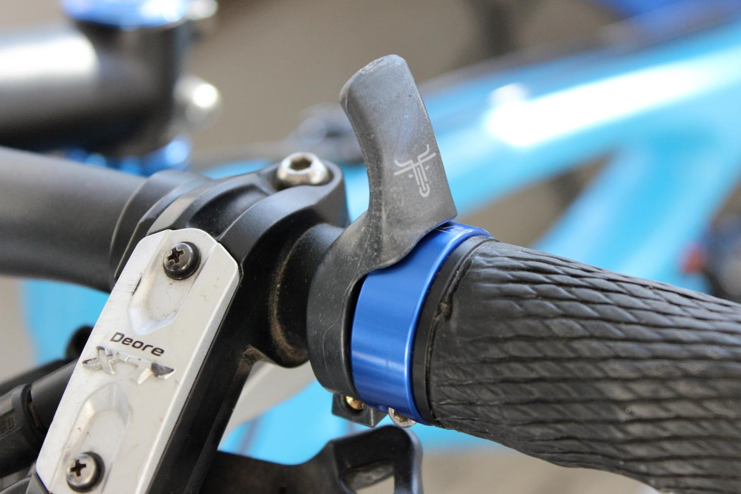 Togs let you keep a grip on your handlebar when riding with your thumbs on top (Photo: Ben Coxworth/Gizmag)
