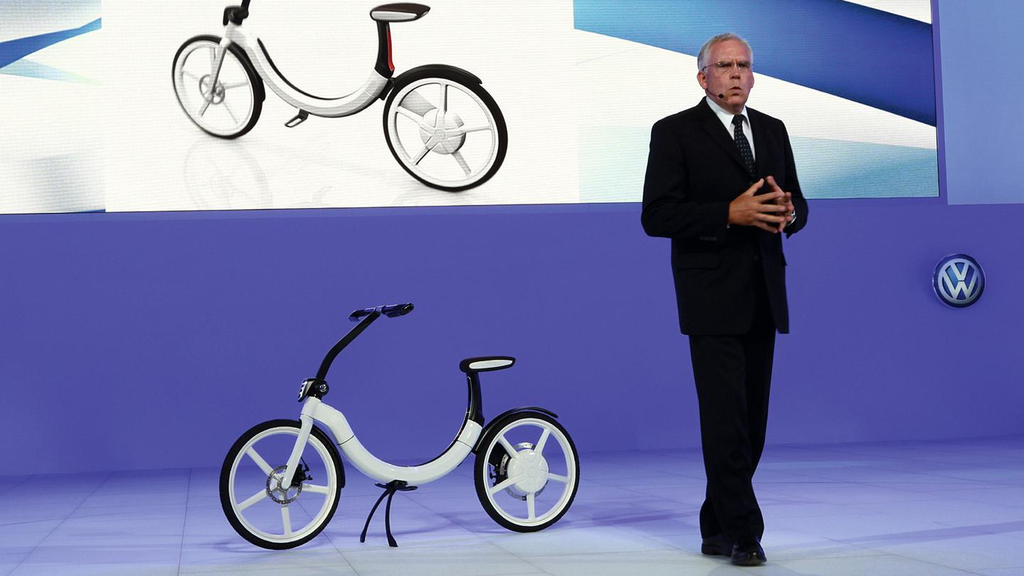 Dr. Ulrich Hackenberg rode the Bik.e onto the stage for the unveiling. Dr. Hackenberg is a Member of the Board of Management of the Volkswagen Brand with responsibility for Development