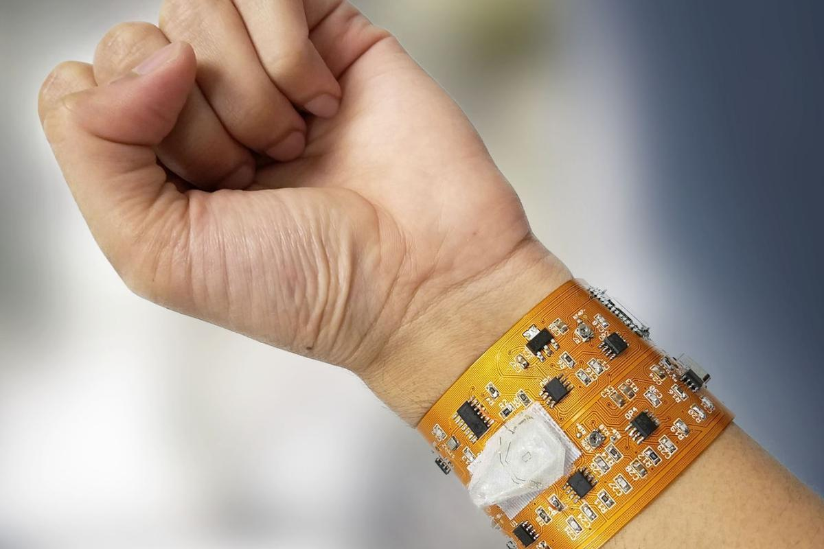 The prototype smart wristband that can wirelessly communicate with a smartphone