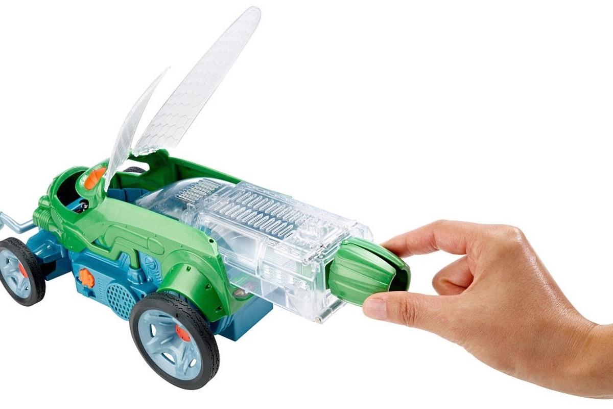 The cricket habitat is placed within the Bug Racer