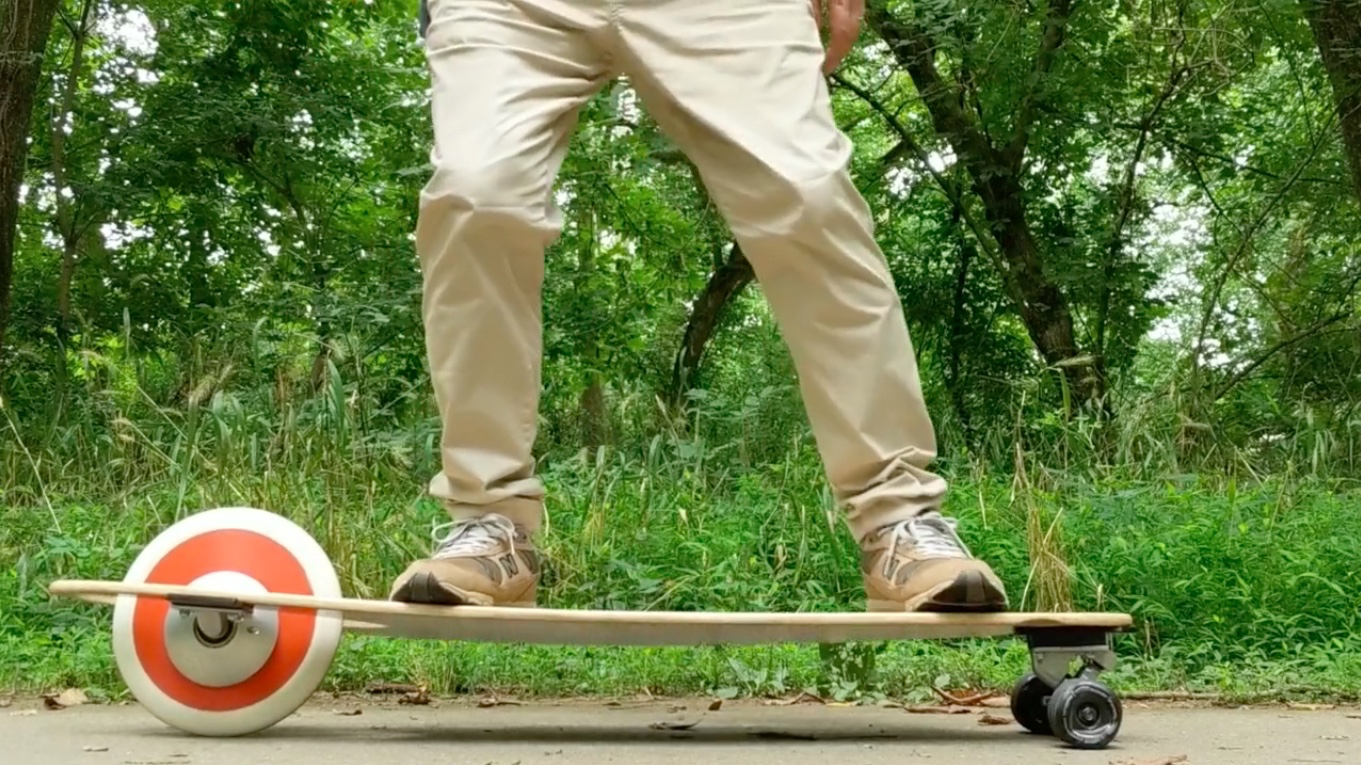 """""""Kickless"""" longboard is moved by swaying riders"""